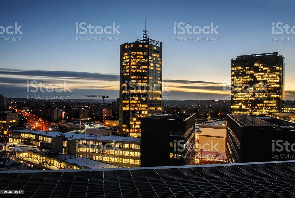Wolkenkratzer in der Nacht. Prag moderne Gebäude Architektur. – Foto