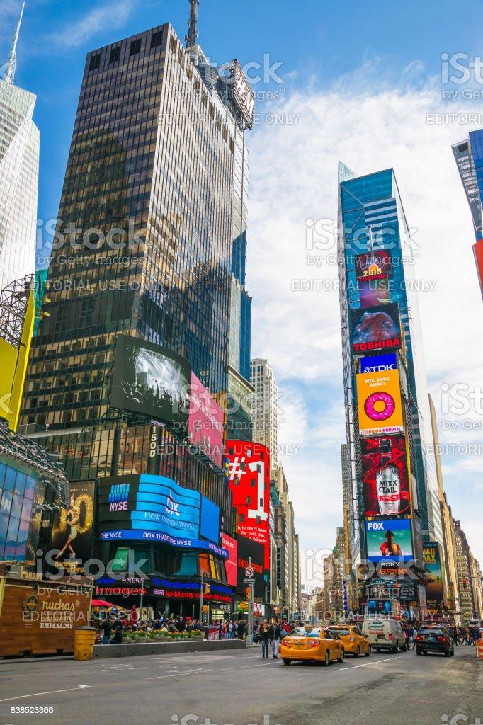 ブロードウェイと 7 番街ニューヨークのタイムズ スクエアの高層ビル ...