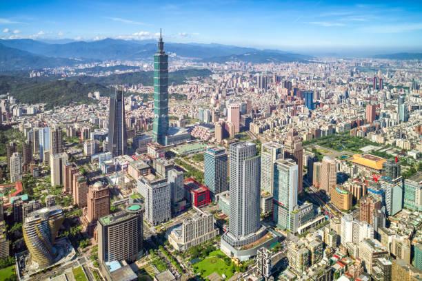 Wolkenkratzer einer modernen Stadt mit Blick auf Perspektive unter blauem Himmel in Taipei, Taiwan – Foto