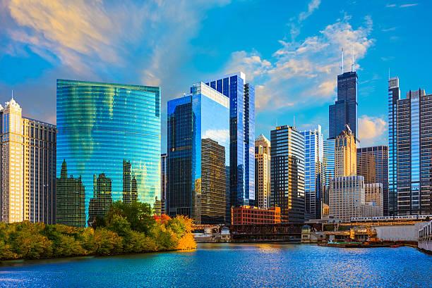 los rascacielos de chicago skyline at sunset, chicago river, mal - chicago illinois fotografías e imágenes de stock