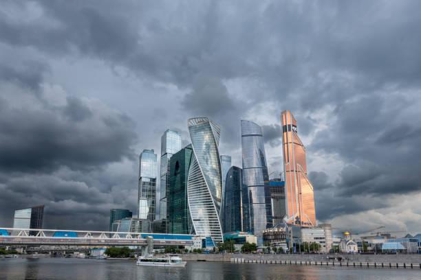 Wolkenkratzer des Geschäftsviertels in Moskau Erdstadt vor dem Hintergrund der Regenwolken – Foto