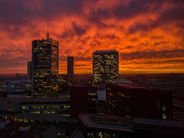 Skyscrappers mit orangefarbenen Himmel. Doom-Stimmung. Apokalyptiker Bilder der modernen Stadt. Himmel in Brand. – Foto