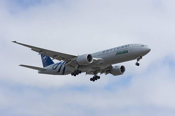 A SkyTeam Alitalia Boeing 777 - foto de acervo