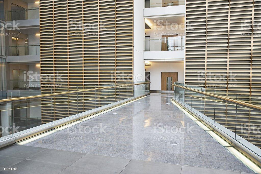Passarela no escritório moderno edifício - foto de acervo