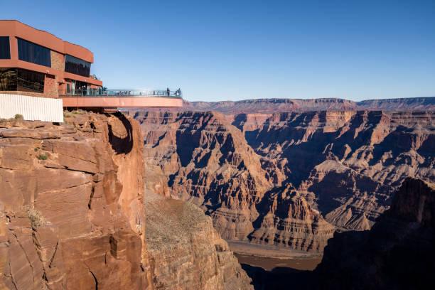 skywalk observatory in grand canyon west rim - arizona, usa - grand canyon nationalpark stock-fotos und bilder