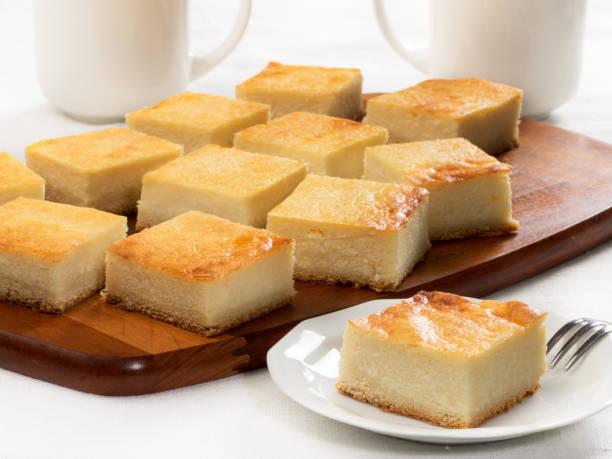 platte-torte mit quark - low carb süßigkeiten stock-fotos und bilder