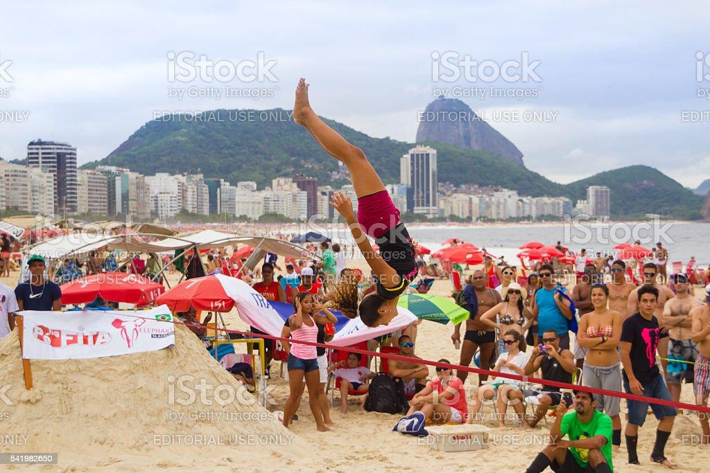 Slackline am Strand der Copacabana, Rio de Janeiro – Foto