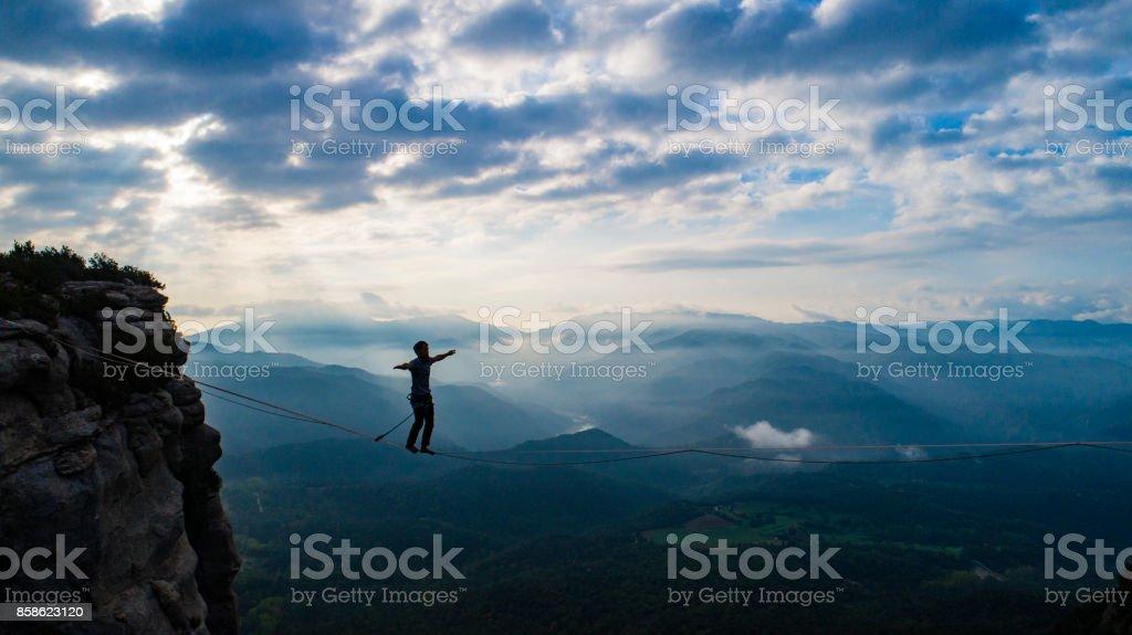 Slacklining en las montañas - foto de stock