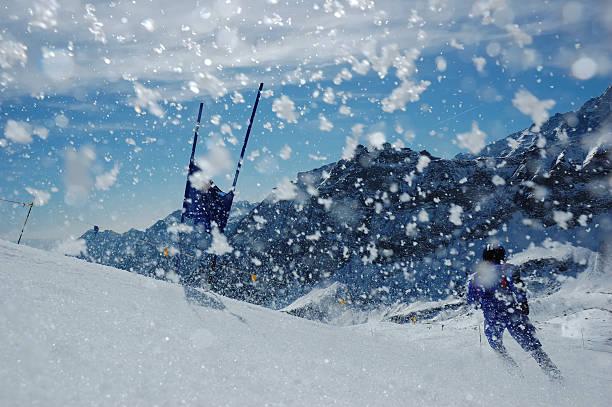 slalom-ski-renner - skirennen stock-fotos und bilder