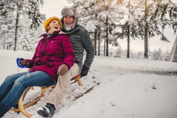 rodeln-zeit - schneespiele stock-fotos und bilder