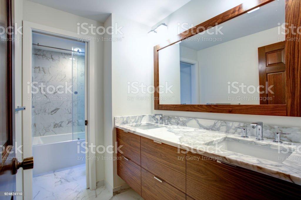 Elegante Badezimmer Mit Doppelwaschtisch Schrank Stockfoto ...