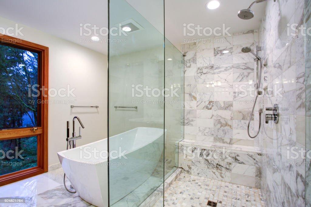 Elegante Badezimmer Mit Freistehender Badewanne Und ...