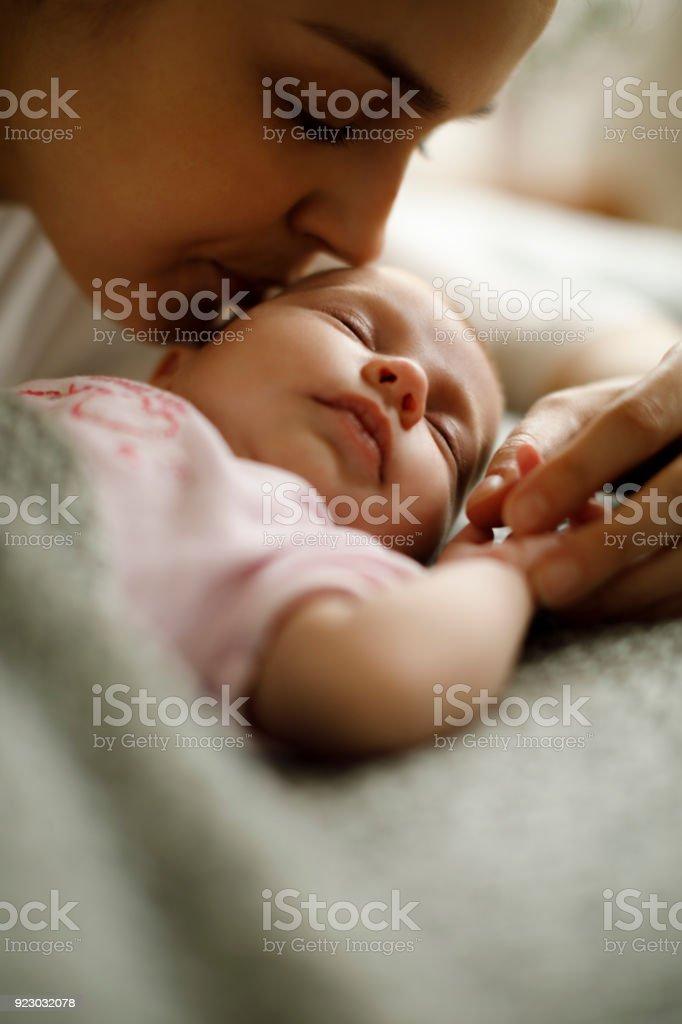 Schlafen baby und Mutter wie zu Hause fühlen – Foto