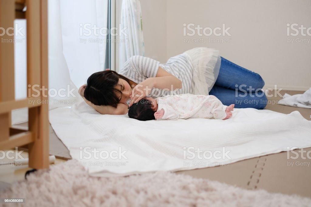 眠っている赤ちゃんと母親 ストックフォト