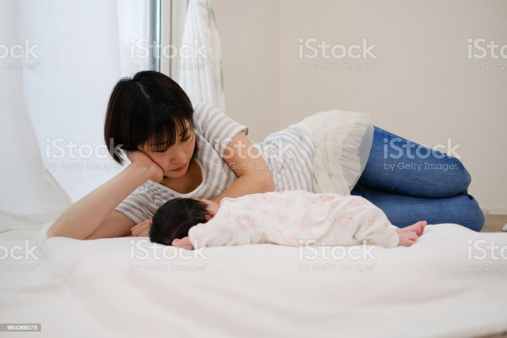 sleeping baby and mother - Royalty-free 0-1 Months Stock Photo