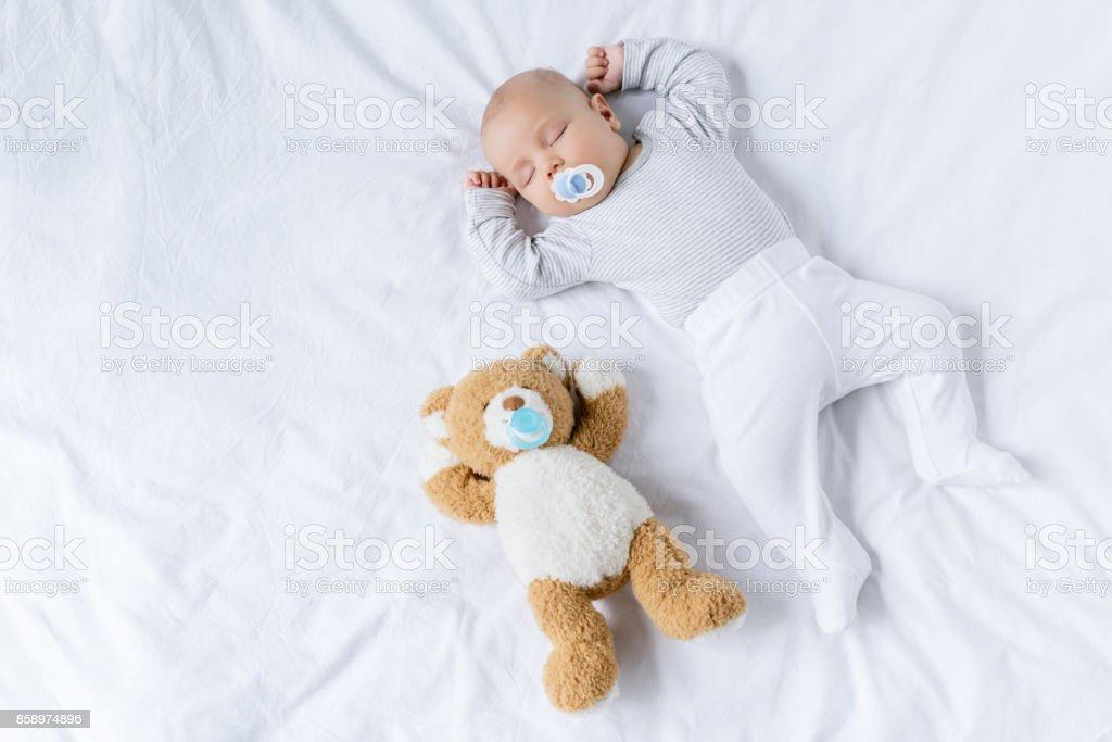 Schlafendes Baby mit Spielzeug – Foto