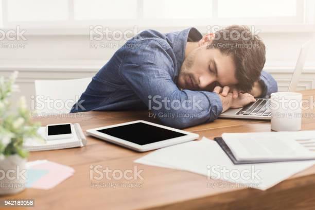 Slapende Zakenman In Moderne Kantoren Stockfoto en meer beelden van Aan het werk