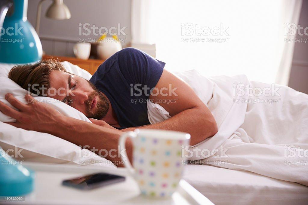 Sleeping Man Nicht Geweckt Von Mobile Telefon Im Schlafzimmer ...
