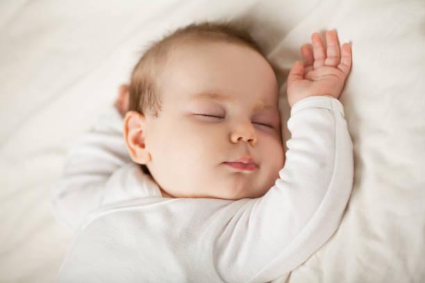 bebê recém-nascido dormindo no fundo branco. criança pequena dormindo, na hora de dormir (bebê até um mês) - bebê - fotografias e filmes do acervo
