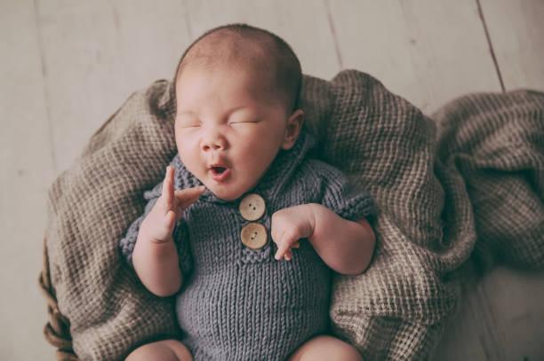 slapen pasgeboren baby - jongensbaby's stockfoto's en -beelden
