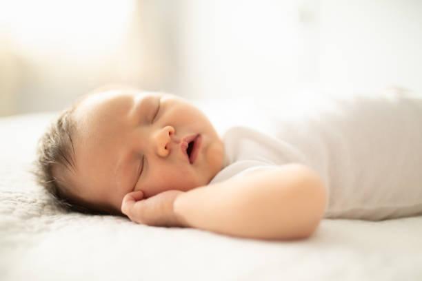 bebê recém-nascido adormecido - bebê - fotografias e filmes do acervo