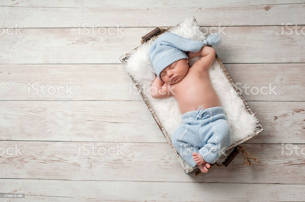 Couchage nouveau-né bébé en pyjama - Photo