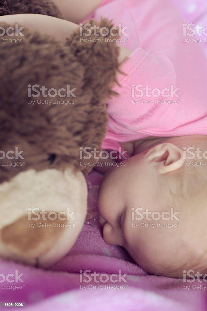 76b9507b4cc1 bebé recién nacido con un muñeco de dormir foto de stock libre de derechos