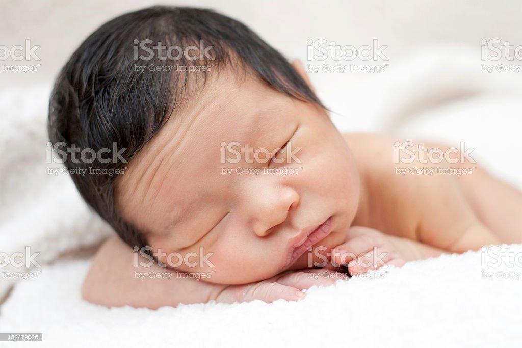 fbe91ef80 Bebé recién nacido durmiendo con furrowed frontal foto de stock libre de  derechos