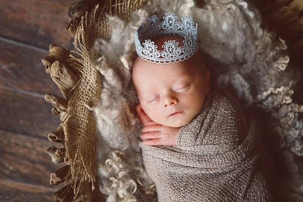 schlafen neugeborene mit krone - prinzenkrone stock-fotos und bilder