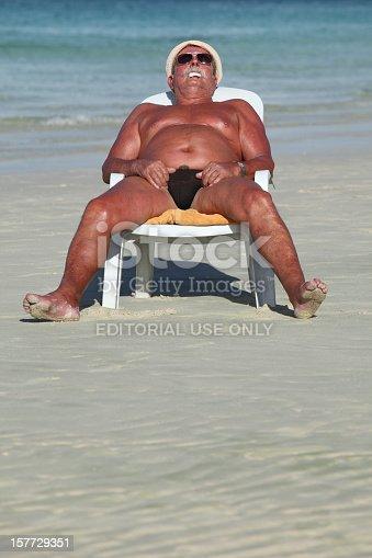 photo de stock de dormir sur la plage images libres de droit et plus d 39 images de 55 59 ans istock. Black Bedroom Furniture Sets. Home Design Ideas