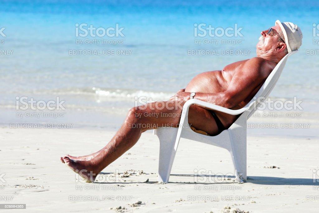 Dormir na praia - foto de acervo
