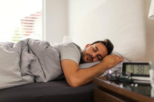 de dormitorio - man sleeping fotografías e imágenes de stock