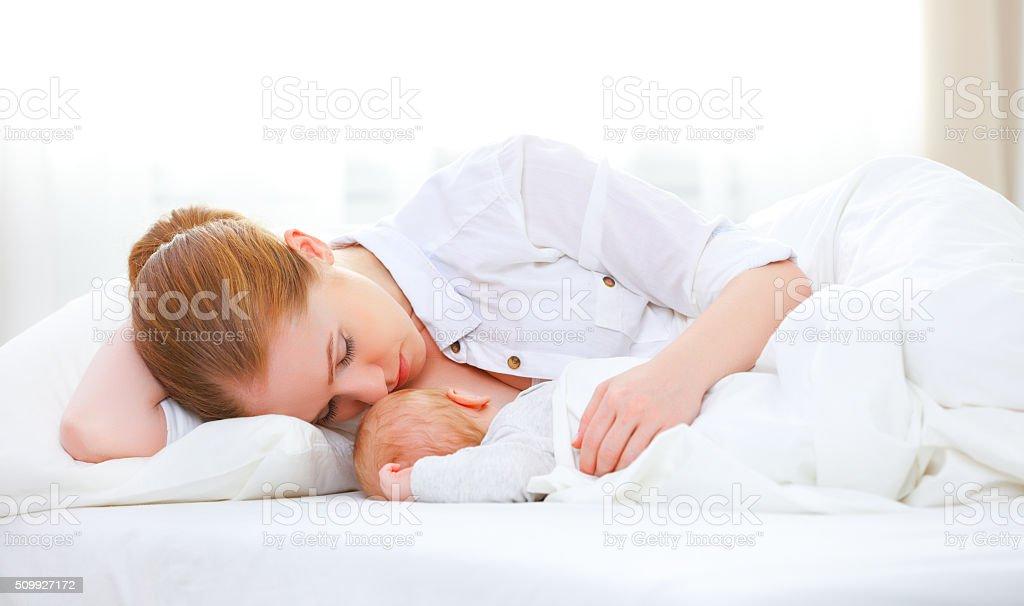 Dormir juntos y lactancia en los que la Madre y bebé recién nacido en b - foto de stock
