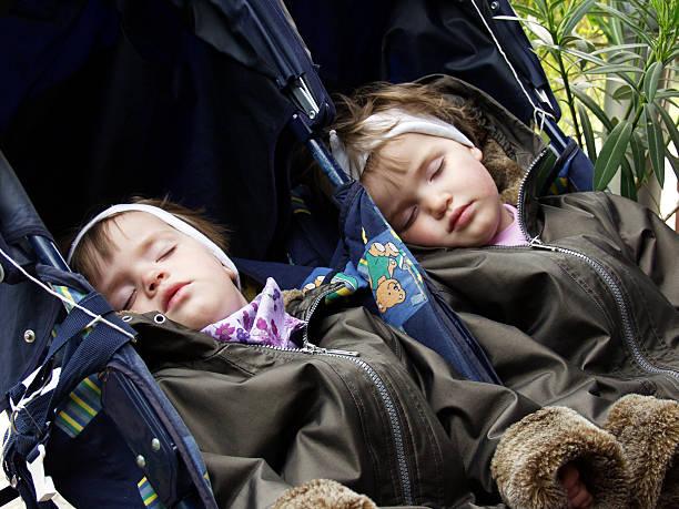 schlafen twinsize-betten - siamesische zwillinge stock-fotos und bilder