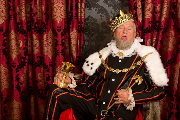 sleepy betrunken mit king-size-bett - könig stock-fotos und bilder