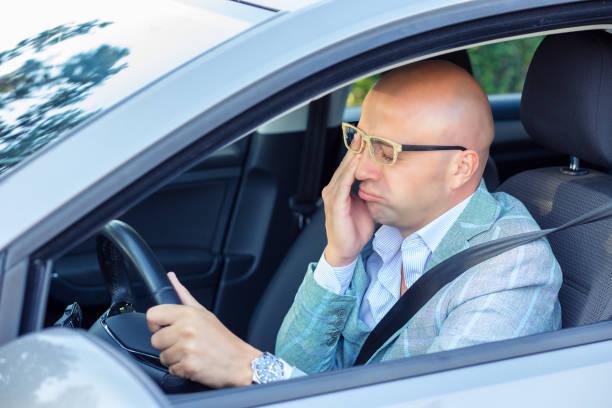 sleepy müde erschöpften jungen mann mit seinem auto im verkehr nach langen stunden fahrt. - kinder die schnell arbeiten stock-fotos und bilder