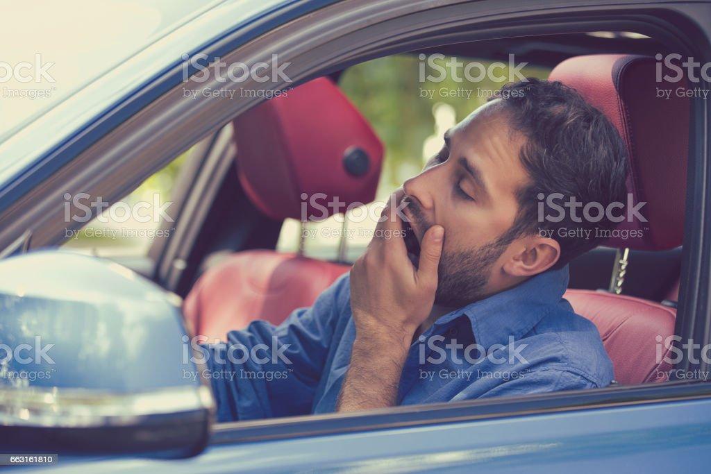 sueño fatigado bostezo agotado a joven conducía su automóvil - Foto de stock de Aburrimiento libre de derechos