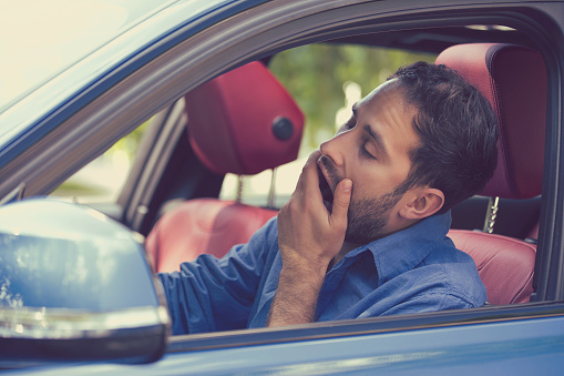 Sueño Fatigado Bostezo Agotado A Joven Conducía Su Automóvil Foto de stock y más banco de imágenes de Aburrimiento