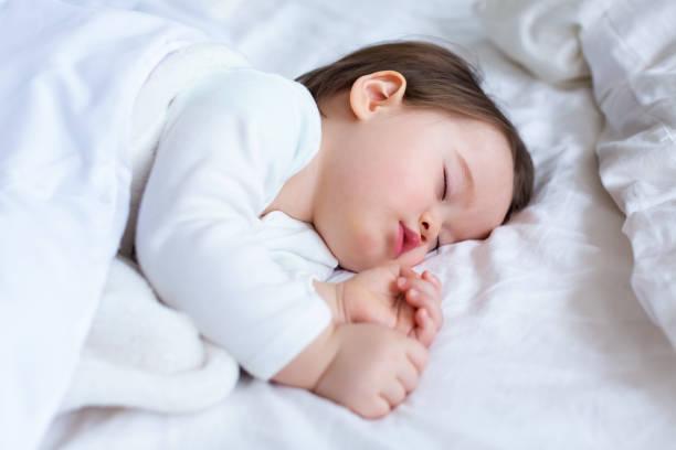 Kleinkindjunge schlafen – Foto