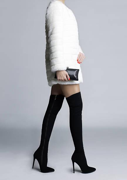 schlanke weibliche beine in schuhe, strümpfe - schwarze hohe schuhe stock-fotos und bilder