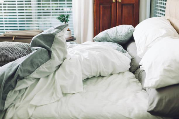 in bed sliep - kussen beddengoed stockfoto's en -beelden