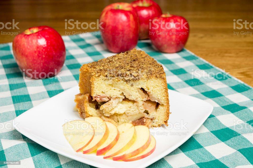 Fatia de bolo de maçã sobre prato branco - foto de acervo