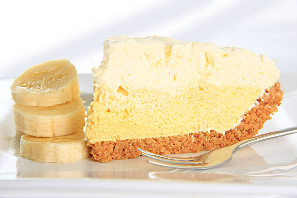 banana cream pie - gebackene banane stock-fotos und bilder