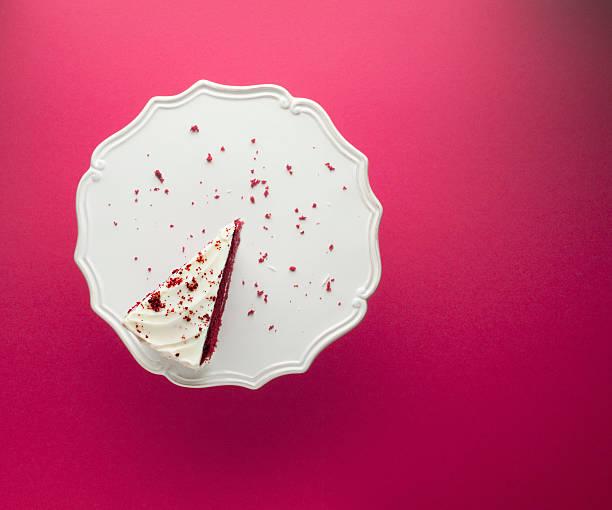 fetta di torta al cioccolato per alzata per torte - briciola foto e immagini stock