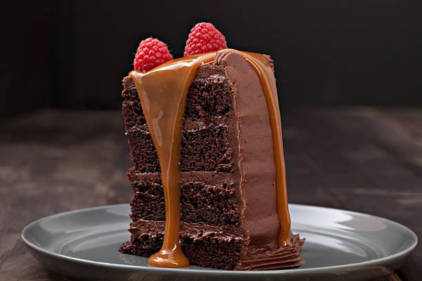 stück schokoladenkuchen - himbeerzuckerguss stock-fotos und bilder