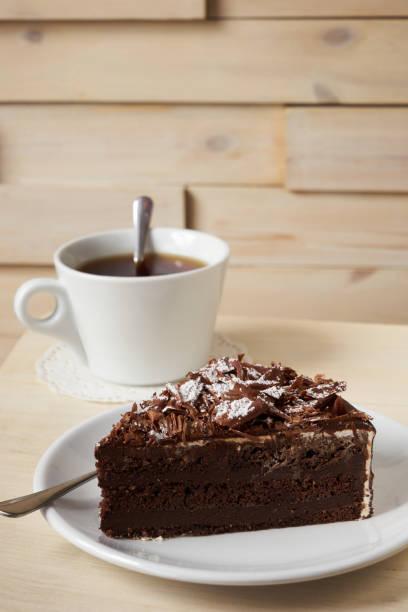 dunkle schokolade trüffel sahne kuchen - schokoladen trüffeltorte stock-fotos und bilder