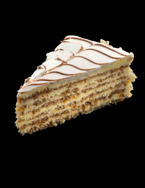 leckere kuchen mit weißer schokolade dekoriert mit mandeln auf schwarzem hintergrund - regenbogen käsekuchen stock-fotos und bilder
