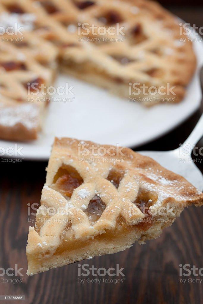 Porción de pastel de manzana recién horneados - foto de stock