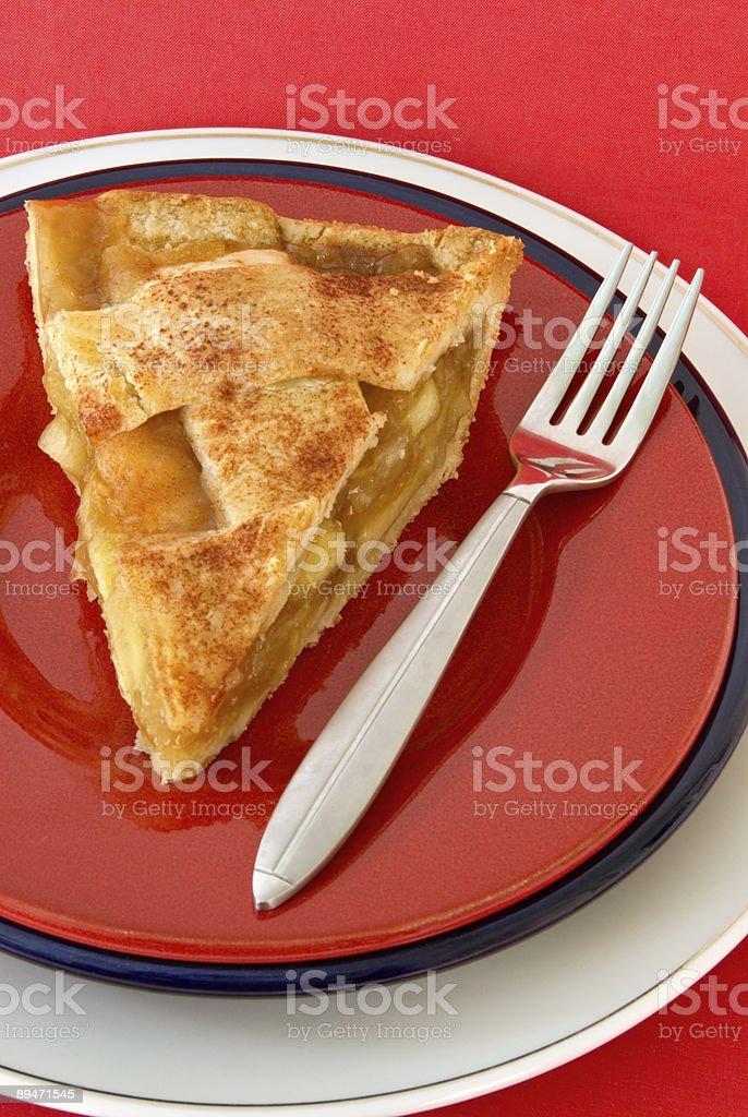 Rebanada de pastel de manzana caseras que se sirven en tres placas de apilado foto de stock libre de derechos
