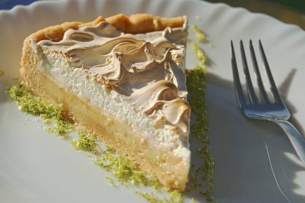 Stück Zitrone Kuchen auf weißen Teller – Foto